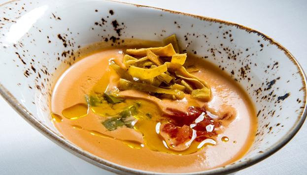 Este es el salmorejo de fresones con jamón ibérico, nopalitos y tortillas de maíz que se puede degustar en Comala.