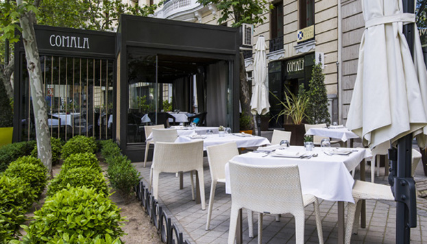 Comala cuenta con una agradable terraza que comparte acera con el Hotel Ritz.