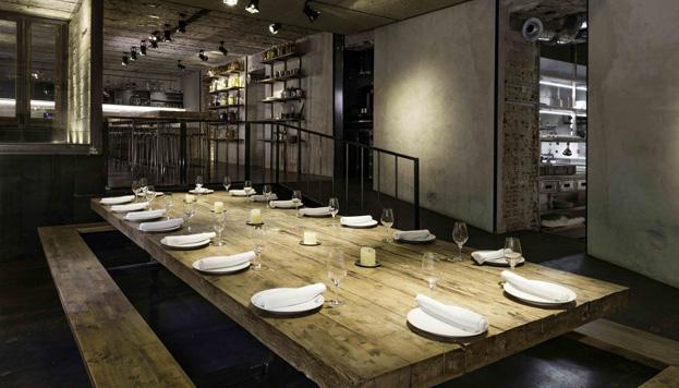 Las mesas grandes en Fismuler están pensadas para grupos que comparten comida y bebida. Aquí siempre hay buen ambiente.