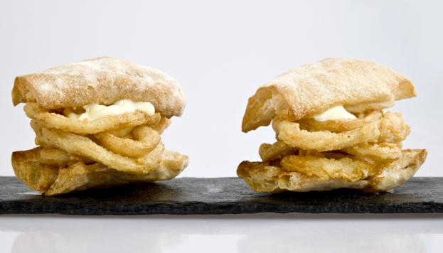 En 80 Grados gusta mucho el bocatín con pan de cristal, vinagreta de tomate seco y mayonesa de limón.