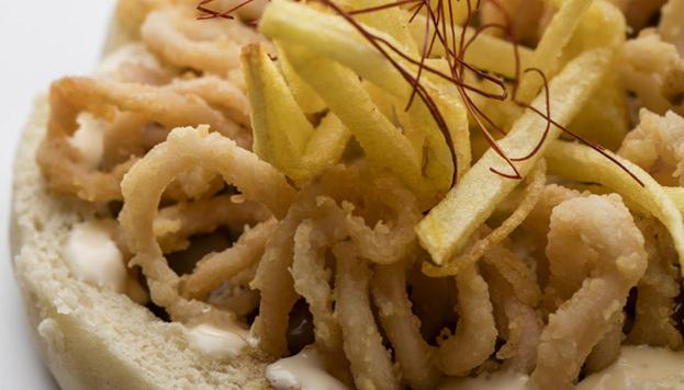 El calamar del bocata que preparan en dos de los restaurantes del Meliá Palacio de los Duques es l calamar realmente chipirón del Cantábrico.