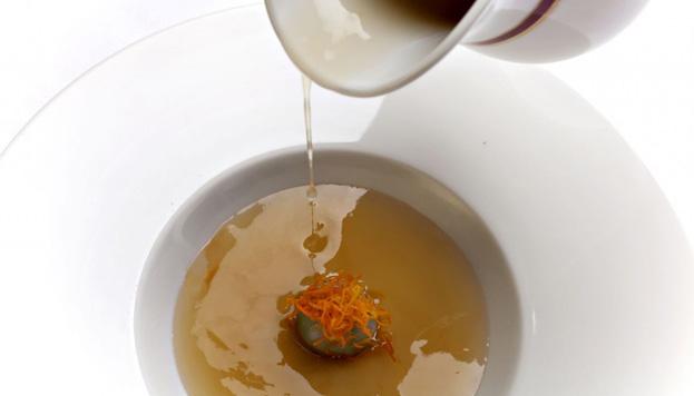 María Marte ha preparado este consomé de jazmín con ravioli de guisantes para la cena en The Westin Palace.