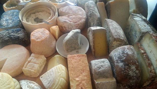 Puedes probar quesos de todo tipo: de oveja, de cabra, de vaca, mezcla…y azules, como estos.