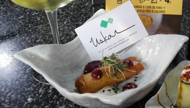 En el restaurante Uskar preparan este estupendo stick de queso curado de oveja con anguila ahumada y remolacha