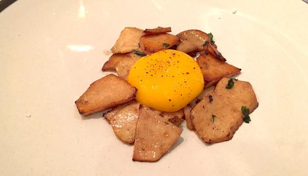 La criadilla de la tierra con aceite de ajo, cilantro y yema de huevo es una delicia.