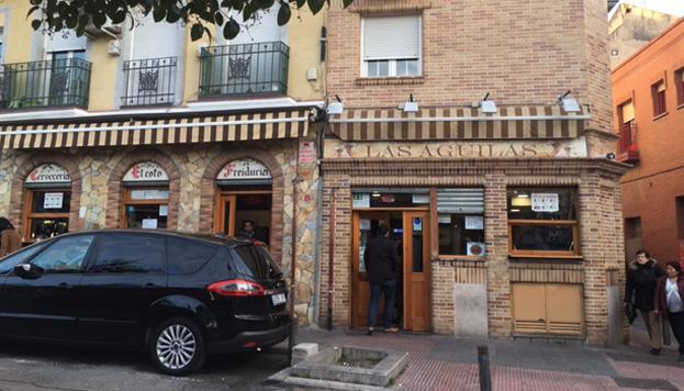 En el Coto es típica la freiduría a la andaluza y en Las Águilas, la parrilla. Ambos bares están puerta con puerta.