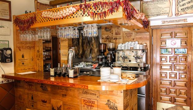 En el Mesón del Tío Aquilino hay de todo: cecina, patatas revolconas y guisos caseros.