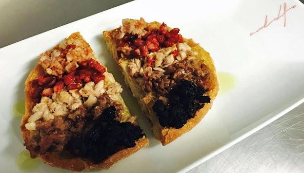 Esta es la riquísima pringá que acompaña al cocido del Palacio Cibeles. Una rebanada de pan con tomate, aceite ¡y mucho más!