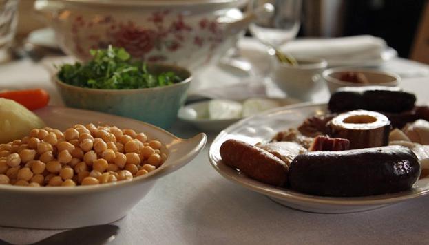 Con mucho sabor, poca grasa… y en cantidad abundante. Así preparan este plato en El cocido de Carmen.