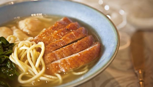 Plato de pato y fideos chinos del restaurante Tse Yang, del Hotel Villamagna.