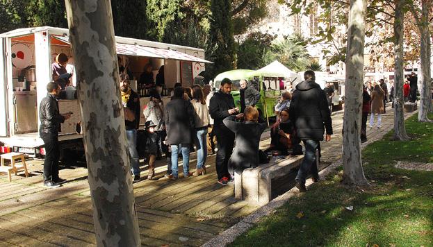 En MadrEat market puedes pasar un día muy divertido comiendo en food trucks.