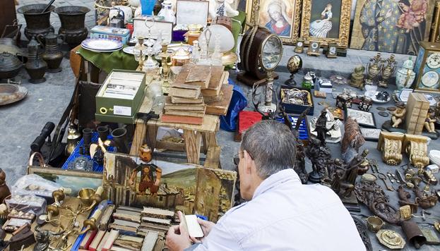 Todos los festivos y domingos por la mañana tienes una cita imprescindible en El Rastro, el mercado más antiguo de Madrid.