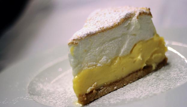Los postres de La Primera son espectaculares. Esta es su tarta de limón.