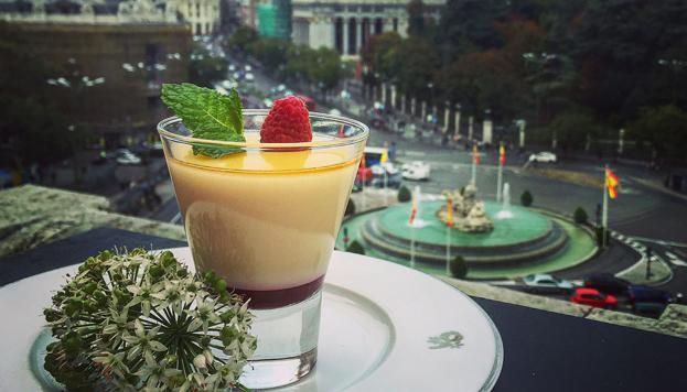 Un suculento bocado con vistas a la plaza en el restaurante Palacio Cibeles