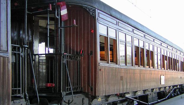 De madera es uno de los vagones que componen el romántico Tren de la Fresa.