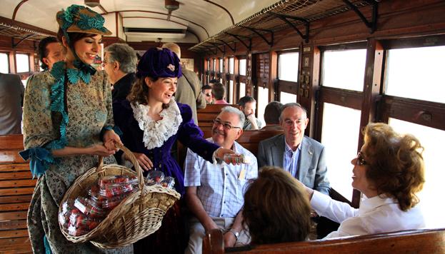 Durante el trayecto azafatas vestidas de época reparten fresas entre los viajeros.