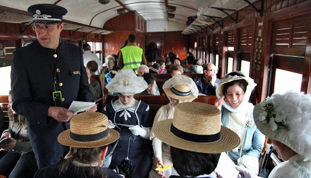 El Tren de la Fresa que une Madrid con Aranjuez es uno de los trenes históricos a los que te puedes subir esta primavera.
