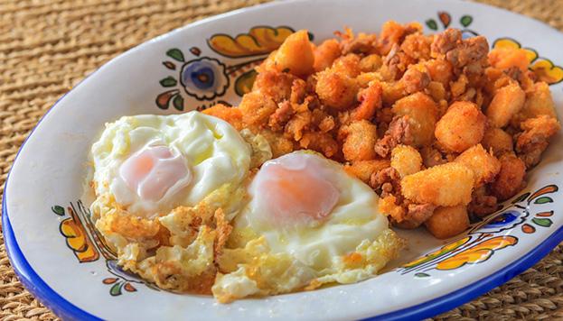 Imprescindible en el Mesón: un buen plato de migas con huevos fritos y chorizo.