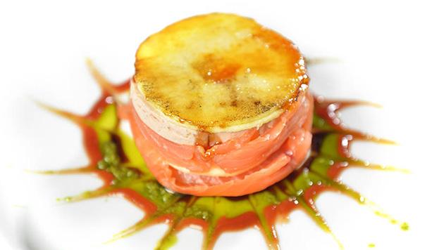 Un plato al que nadie se resiste: lasaña de salmón con foie y manzana caramelizada.