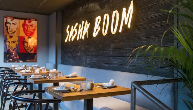 Sasha Boom tiene distintos ambientes y espacios: barra, sala y terraza.