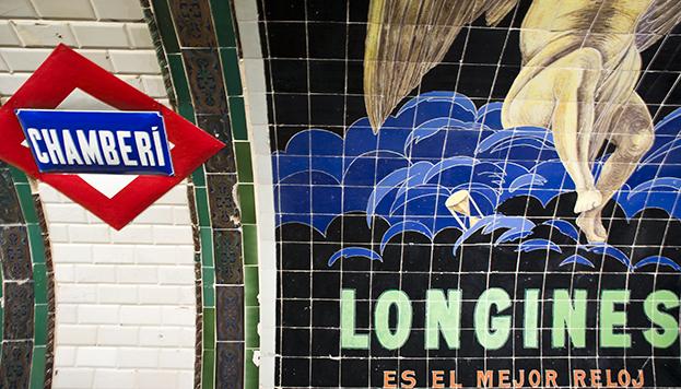 En la estación se conservan anuncios publicitarios originales hechos con azulejos.