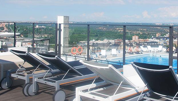 La terraza del Hotel Emperador cuenta con una espectacular piscina y unas increíbles vistas sobre la Gran Vía.