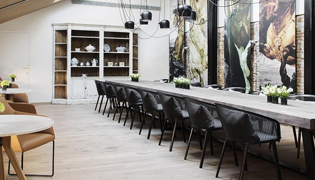 mesa de Para la gran mesa de madera se han utilizado las antiguas vigas de las caballerizas en las que se ubica el restaurante.