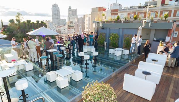 ¿Disfrutar de la puesta de sol con un cóctel en la mano? Esa es la propuesta de la terraza del Hotel Santo Domingo.