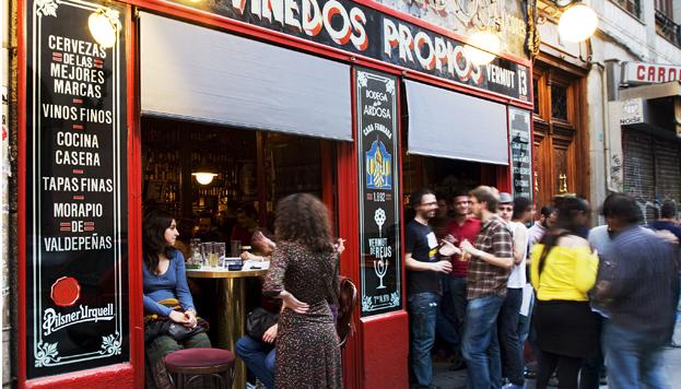 En La Ardosa, en la calle Colón, ¡siempre hay gente! Buena cerveza y mejor tortilla.