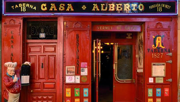 Siempre llama la atención la fachada roja de otra taberna mítica en Madrid: Casa Alberto.