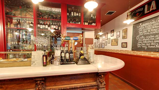 La Cruzada tiene el honor de ser la taberna más antigua de Madrid. Fue fundada en 1827.