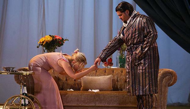 Barros Efe, junto a su compañera Lluvia Rojo, durante un momento de El príncipe y la corista.