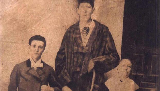 El gigante extremeño, su madre y ¿quizás el rey Alfonso XII?