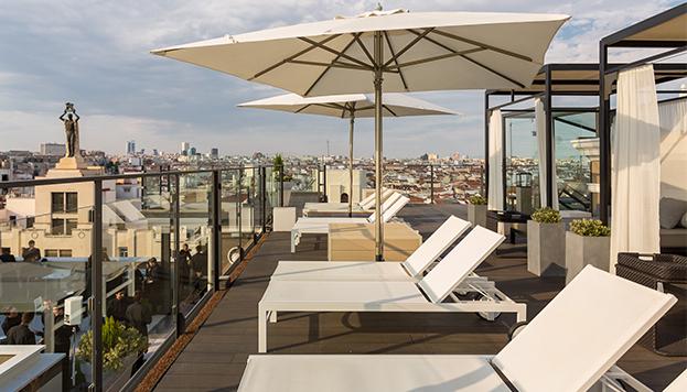 En la azotea del Hotel Emperador se puede nadar, hacer yoga y asistir a visitas guiadas.