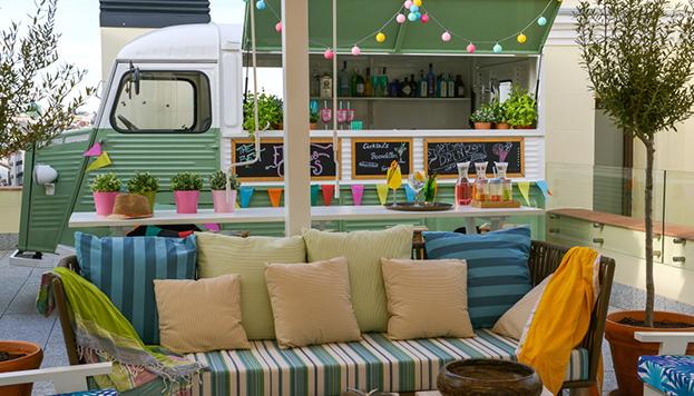 Esta es la food truck de la terraza del hotel Vincci The Mint.