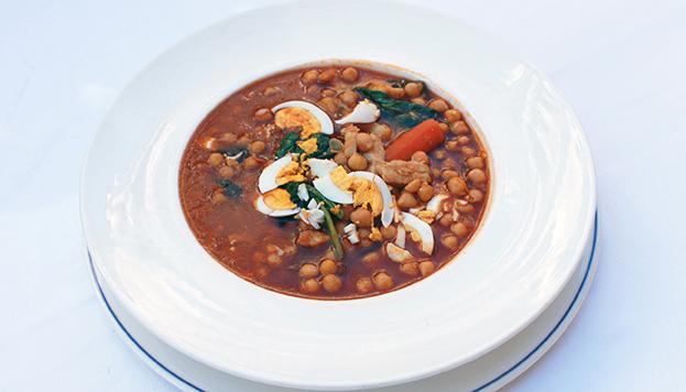 En la Edad Media ya se preparaba el potaje en las casas de Madrid. Este con tan buena pinta es de La Cocina de María Luisa.