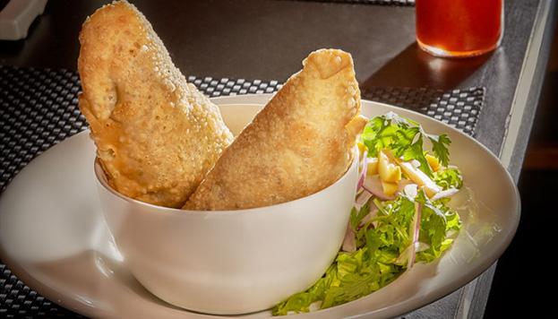 No dejes de probar las empanadas rellenas de pollo y huitlacoche con salsa de rocoto.