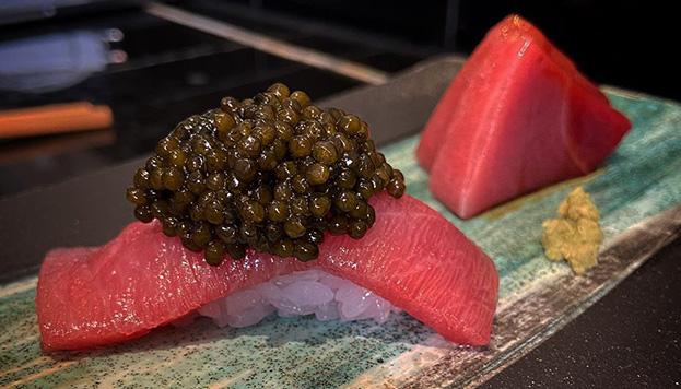 Toro con caviar incluido en el servicio delivery de este estupendo restaurante japonés.
