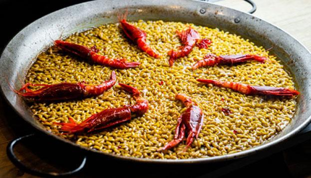 Este arroz con periquitos (carabineros) es una de las especialidades de La Tajada.
