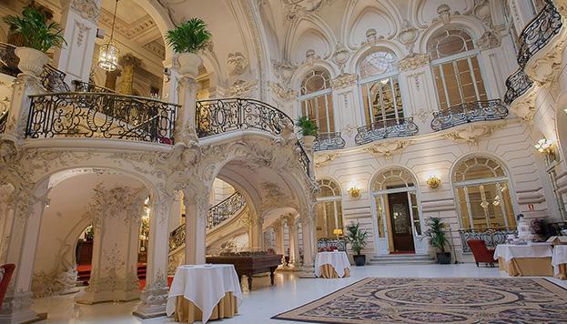Esta es la entrada modernista del Casino que se ve en la serie (Foto: City of Madrid Film Office).