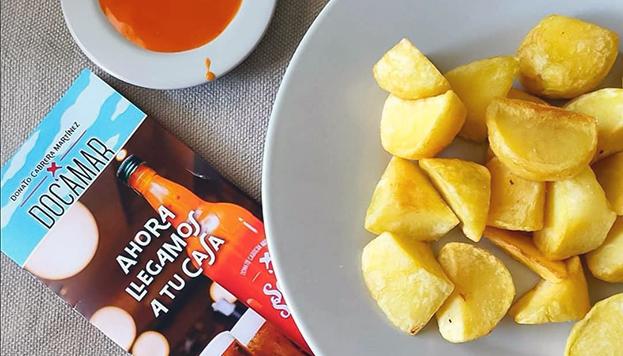 Estamos de enhorabuena: Docamar te envía sus famosas patatas bravas a casa.
