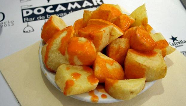 La salsa, con su puntito picante, de las patatas de Docamar es adictiva.