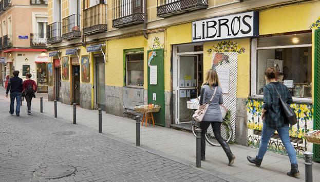 En esta librería de la calle Espíritu Santo, en Malasaña, Nora y Mikel tienen una de sus primeras citas.