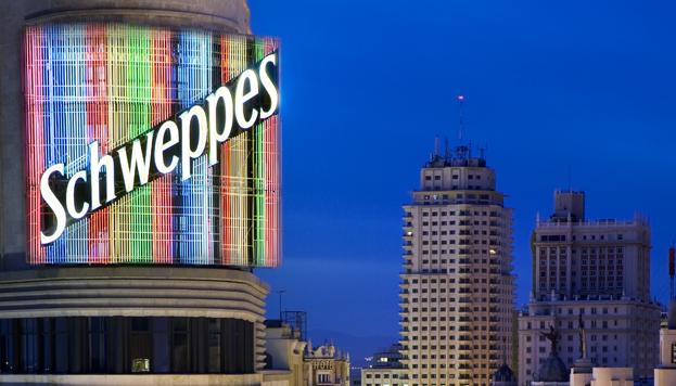 Este es el anuncio de Schweppes del Edificio Capitol que protagoniza una célebre escena en El día de la Bestia.