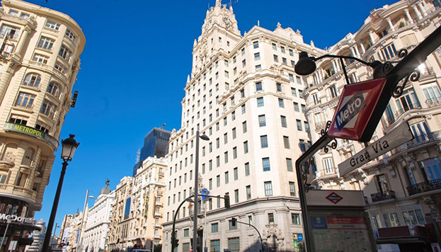 La Gran Vía es la calle más famosa de Madrid y este uno de sus edificios más fotografiados, el de Telefónica.