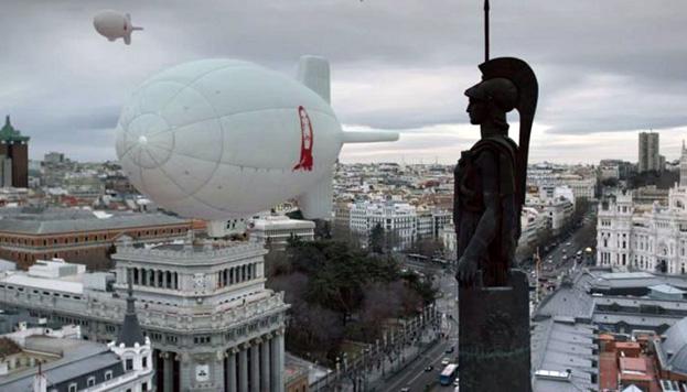 Un dirigible cargado de billetes pasa por el Instituto Cervantes y el Círculo de Bellas Artes en La Casa de Papel (Foto: Netflix).