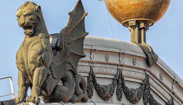 Hay que fijarse mucho para ver las dos quimeras que coronan la estación de Atocha.