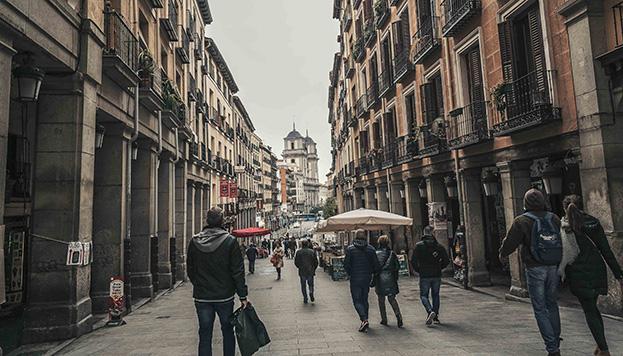 La calle de Toledo y, al fondo, la monumental fachada de la Real Colegiata de San Isidro.