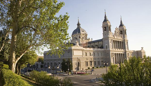 Aunque la Catedral está dedicada a la Virgen de la Almudena, san Isidro también tiene su protagonismo en ella.