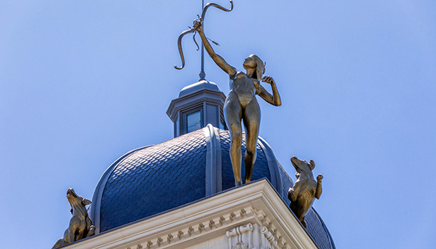 En lo alto del Hotel Hyatt Centric Gran Vía Madrid brilla una Diana Cazadora con su jauría de perros.